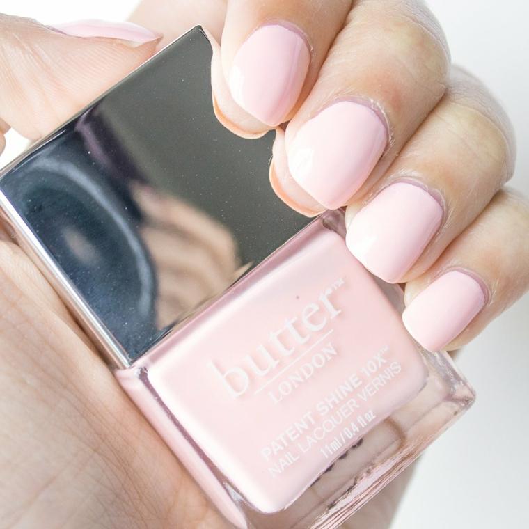 Smalto rosa antico, unghie corte arrotondate, bottiglietta di smalto rosa