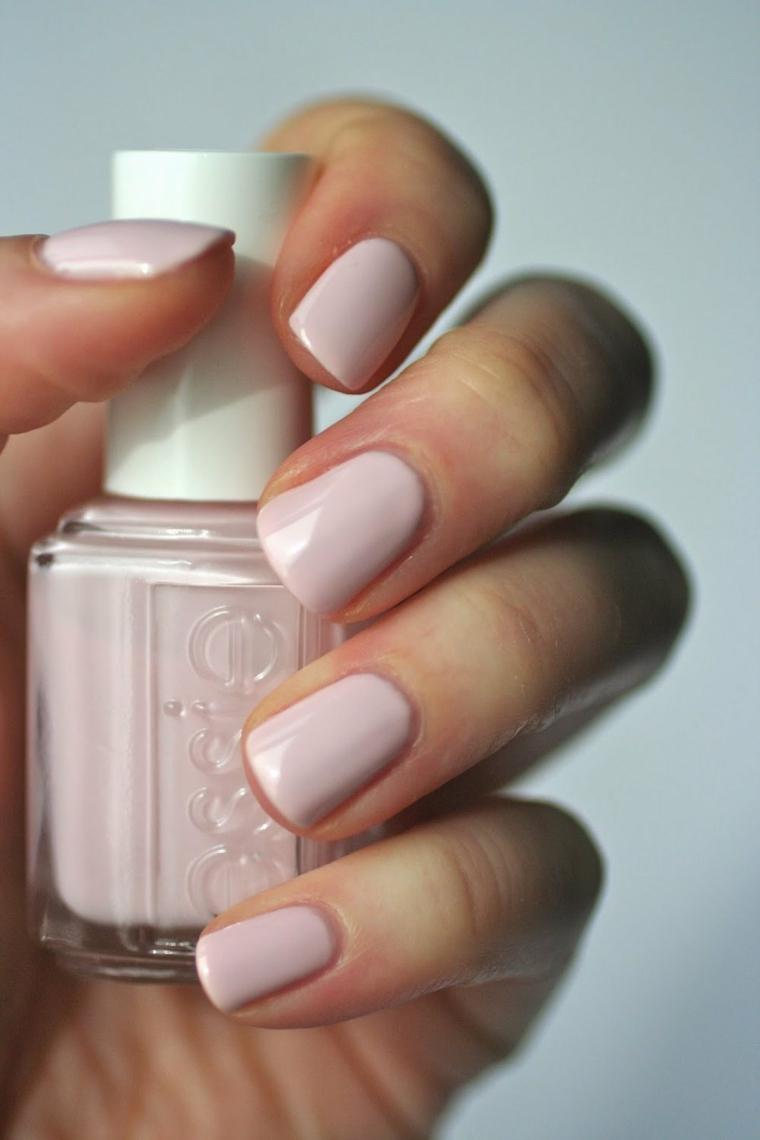 Unghie gel semplici, unghie corte arrotondate, bottiglietta di smalto rosa