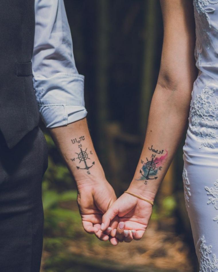 Tattoo di coppia, tatuaggio con bussola, scritta tatooo, tatuaggi sul polso