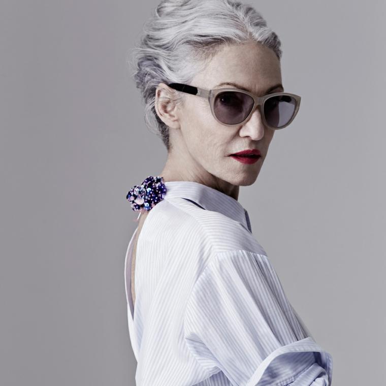 Tinta grigia per capelli, camicia con gioiello, capelli raccolti chignon, occhiali da sole donna