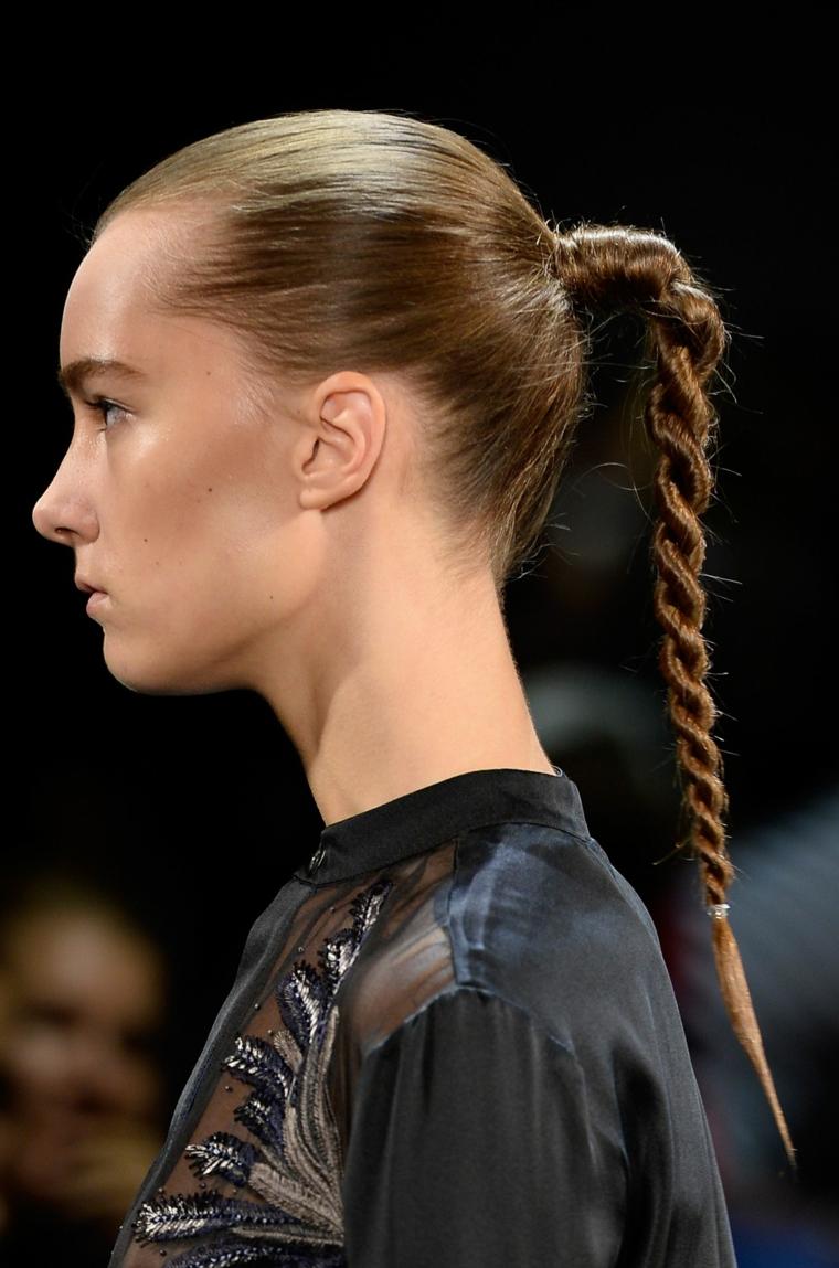 Pettinatura con coda, capelli lunghi di colore castano, camicia nera trasparente