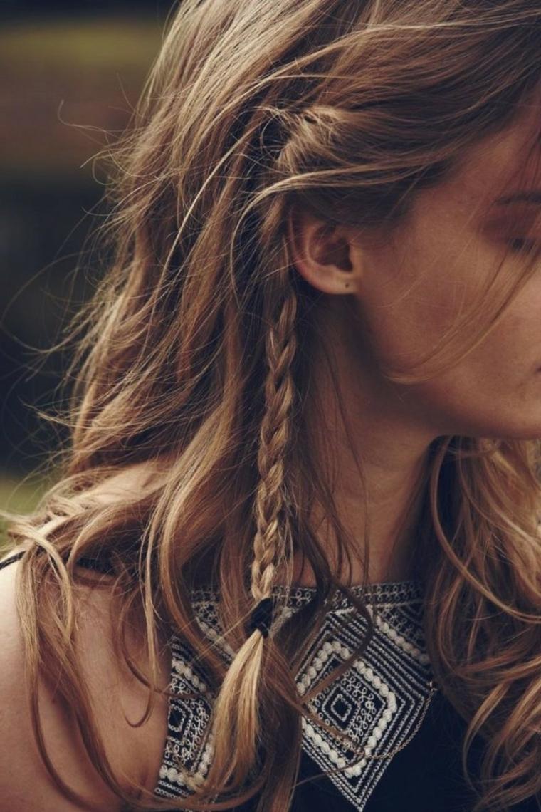 Colore capelli castano balayage, treccina laterale, top con motivi, donna con viso di profilo