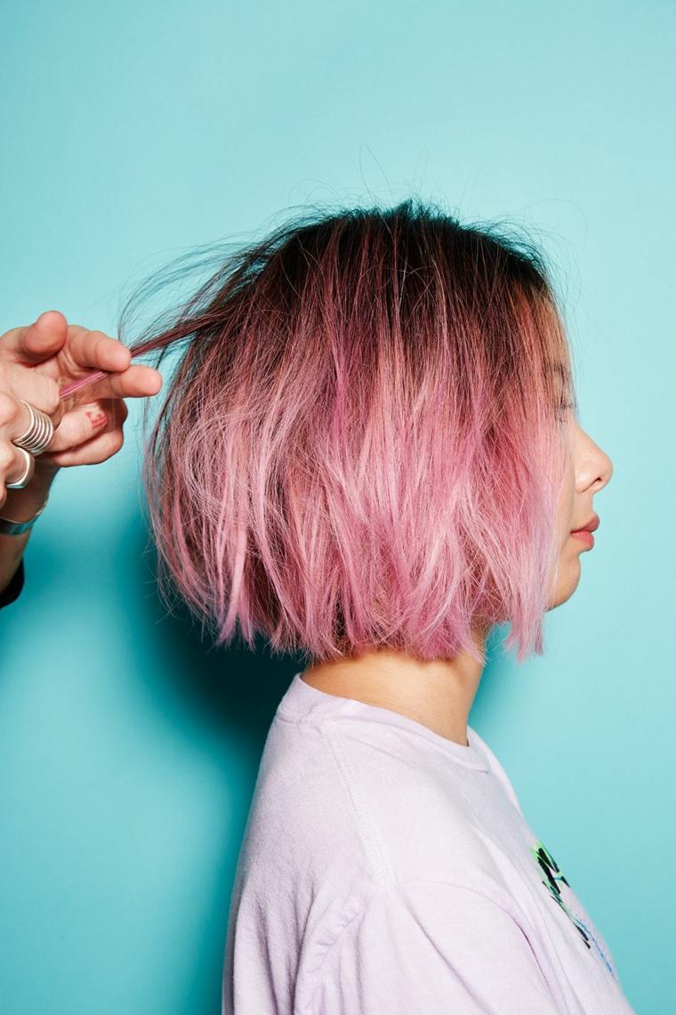 Capelli colorati sfumati, taglio capelli caschetto, ciocche capelli viola e rosa