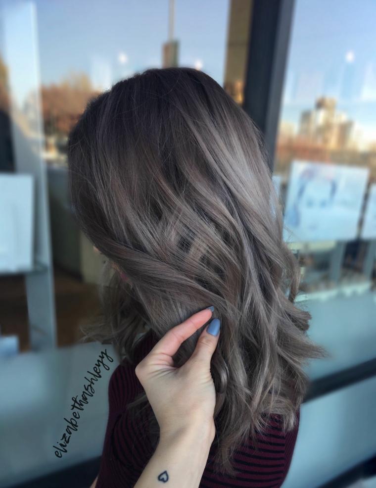 Schiariture capelli, donna con capelli medio lunghi, colore base castano, sfumature colore grigio