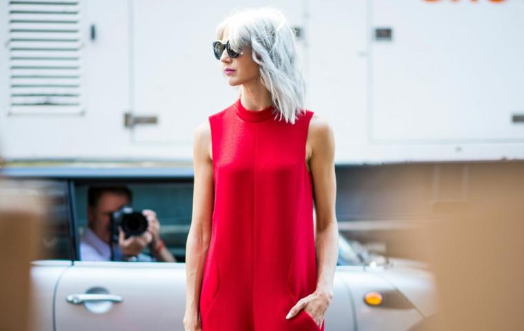 Tinta capelli grigio, vestito lungo colore rosso, taglio capelli caschetto, acconciatura con frangia