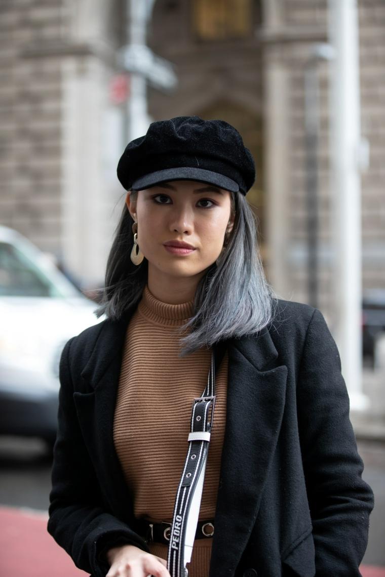 Capelli neri e grigi, taglio capelli caschetto lungo, cappello di colore nero