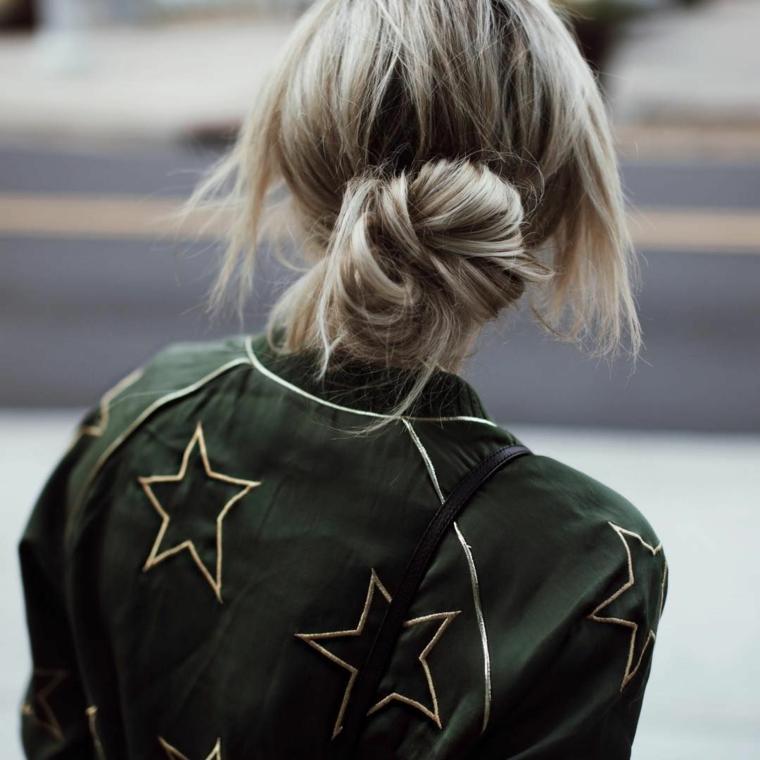 Tinta capelli grigio cenere, acconciatura con chignon mosso, bomber verde con stelle