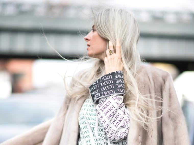 Shatush grigio, donna con capelli lunghi, cappotto colore beige, pettinatura con frangia
