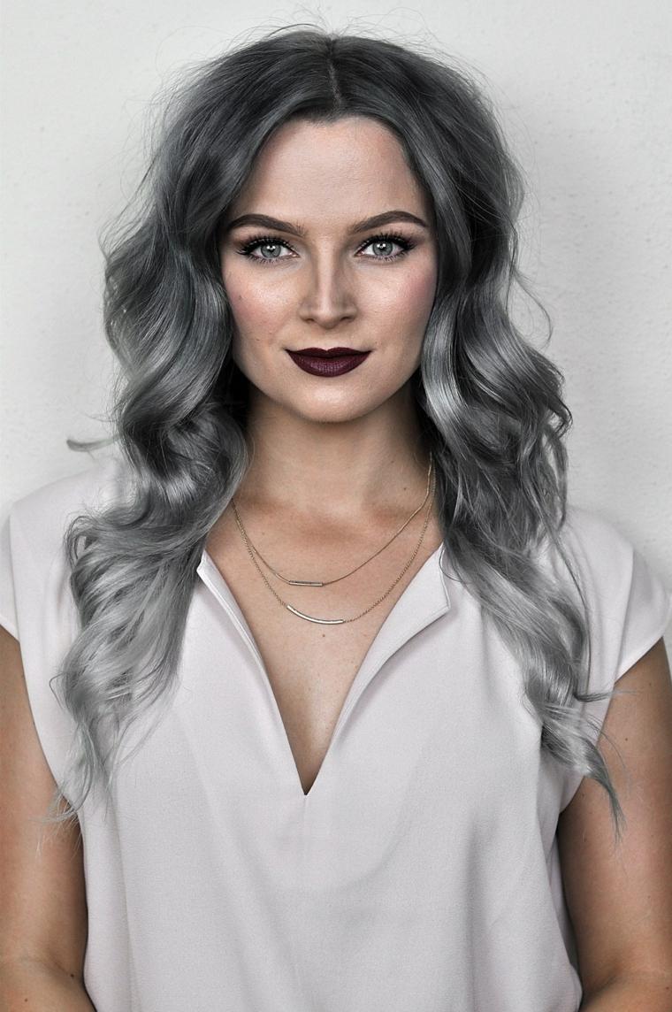 Tinta capelli grigio, donna con rossetto scuro, pettinatura capelli onde morbide, shatush nero e grigio