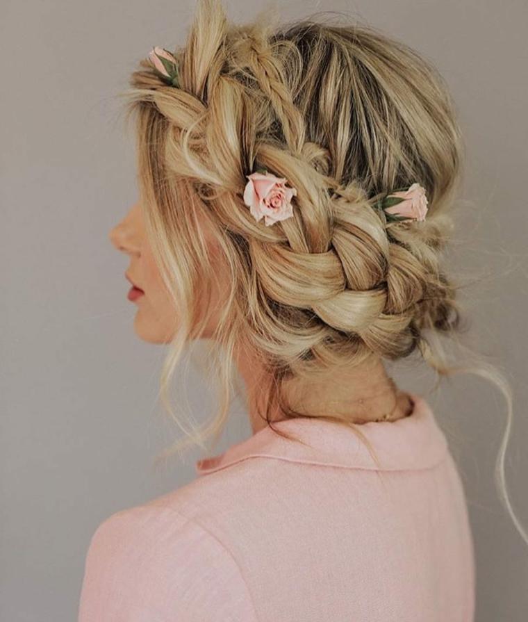 Treccia a cerchietto, treccia a tre ciocche, fiori rosa tra i capelli, donna bionda, giacca di colore rosa
