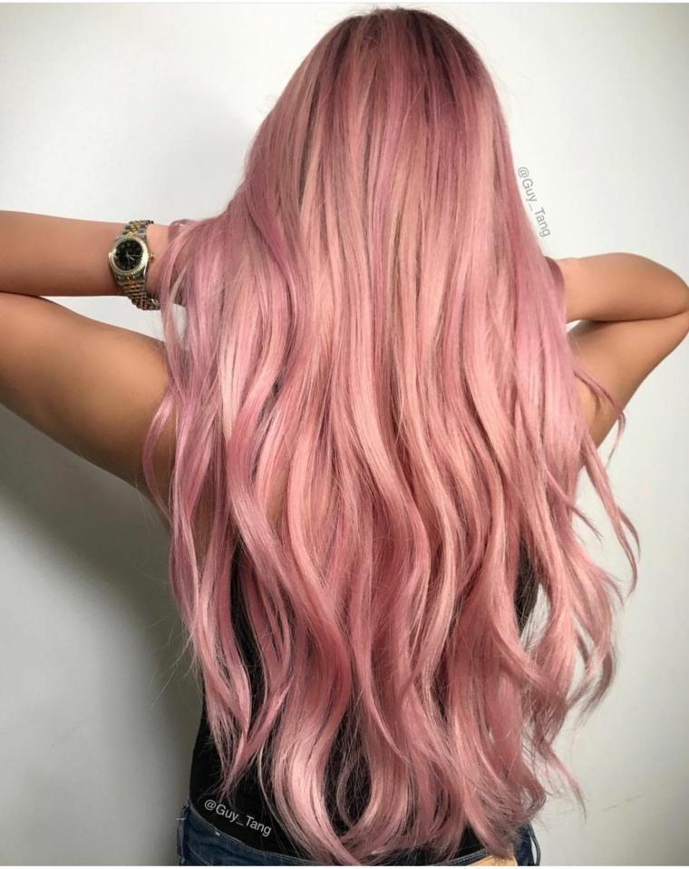 Acconciatura capelli mossi, colorazione rosa fragola, capelli shatush colore rosa
