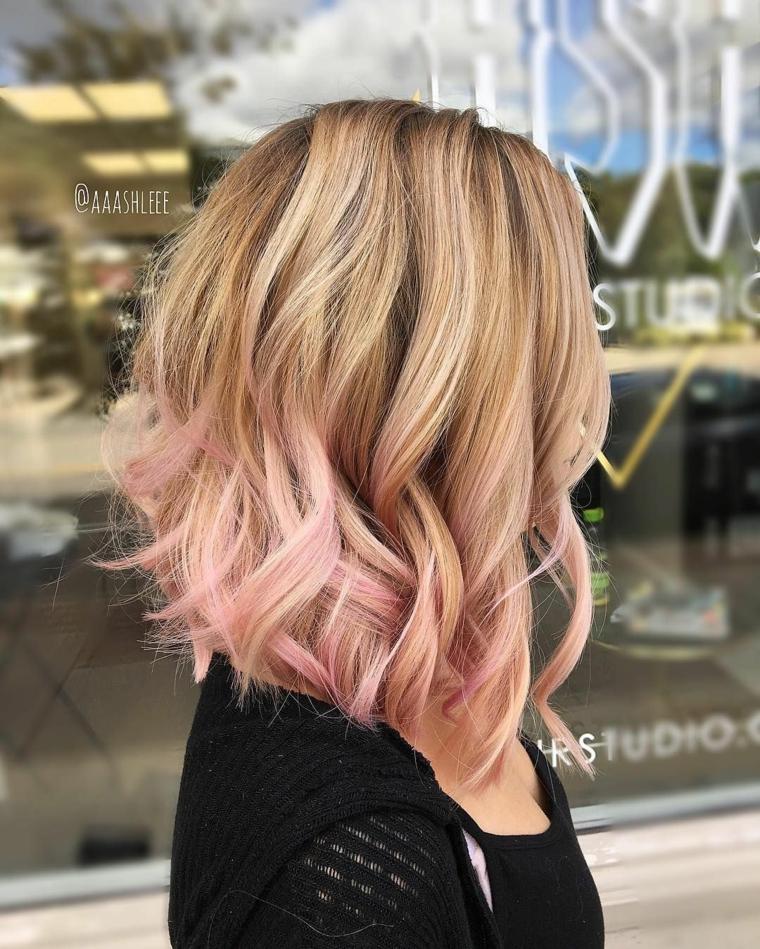 Capelli sfumati, acconciatura capelli ricci, ombrè capelli rosa, ragazza con felpa a rete