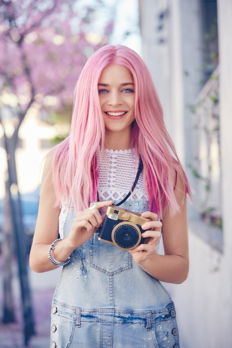 Shatush rosa, ragazza con macchina fotografica, capelli lisci e di colore rosa