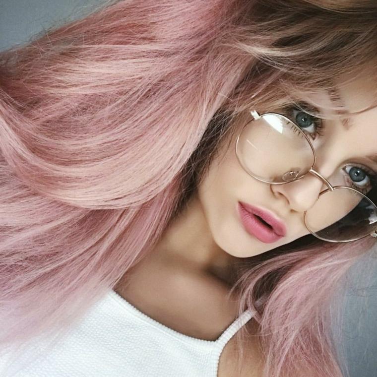 Meches rosa, capelli con volume, ragazza con occhiali da vista, ciocche tinte di rosa