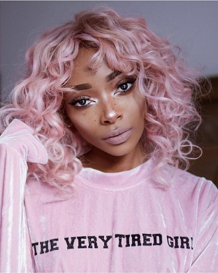 Capelli colorati sfumati, ragazza con capelli ricci, acconciatura con frangia, maglione con scritta