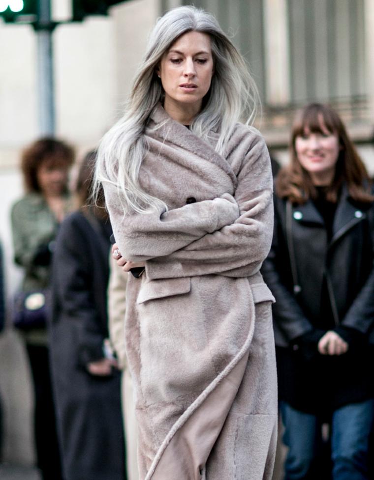 Donna che cammina per strada, capelli lunghi e lisci, tinta grigia per capelli