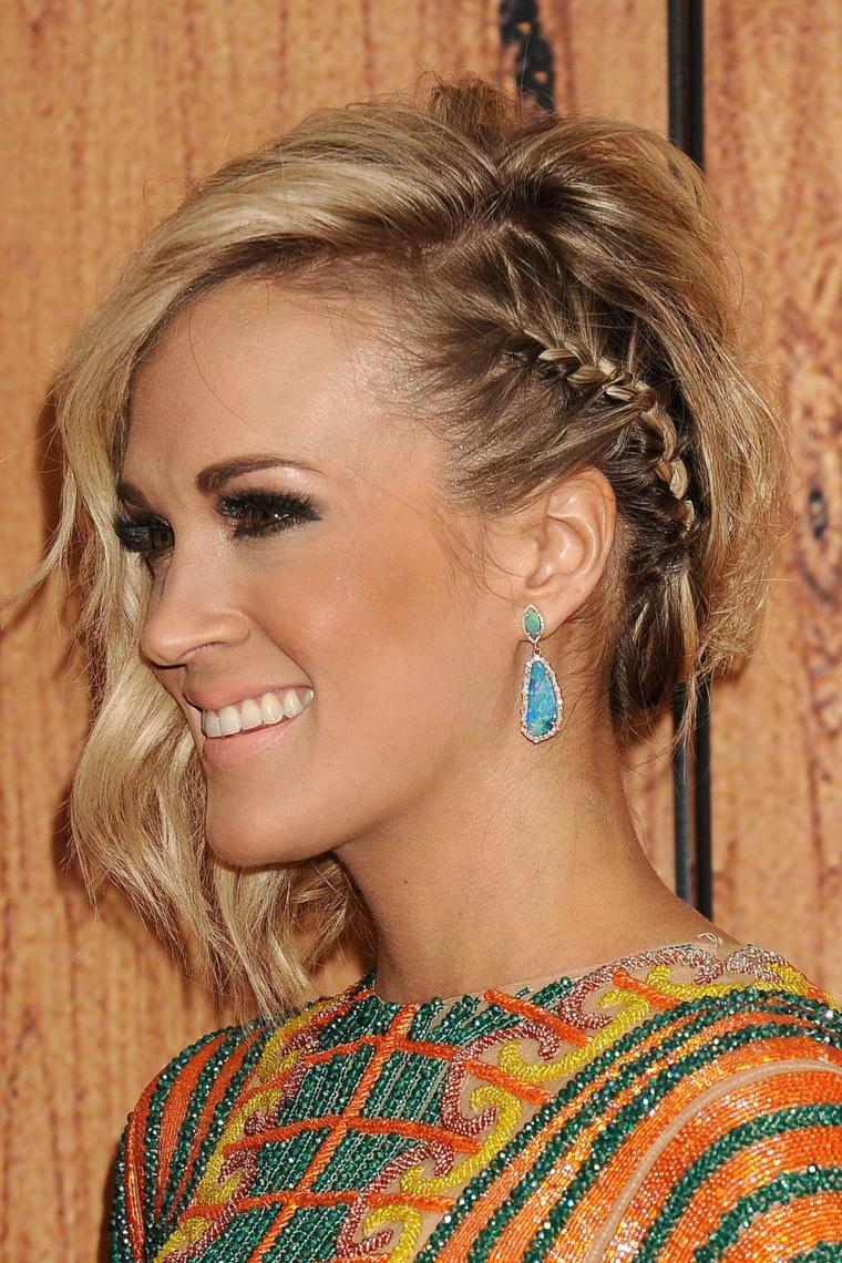 Donna con capelli biondi, treccia laterale morbida, acconciature bellissime, piega capelli mossa