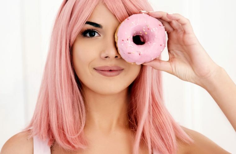 Ragazza con ciambella, capelli tinti di rosa, capelli rosa a chi stanno bene