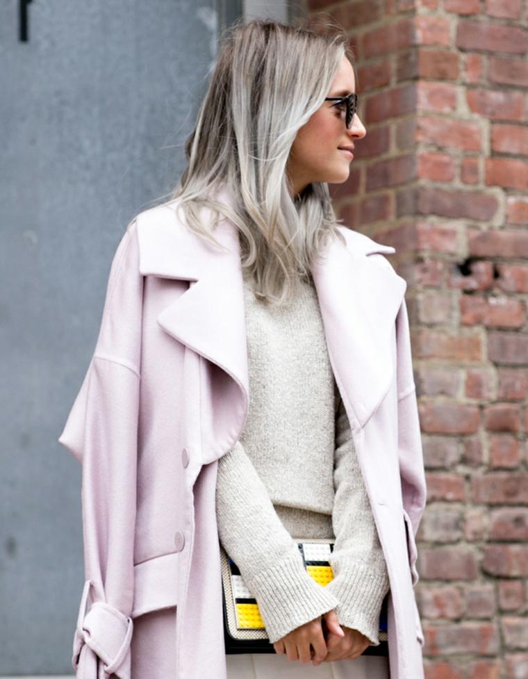 Shatush grigio, capelli di media lunghezza, ragazza con occhiali da sole, cappotto rosa
