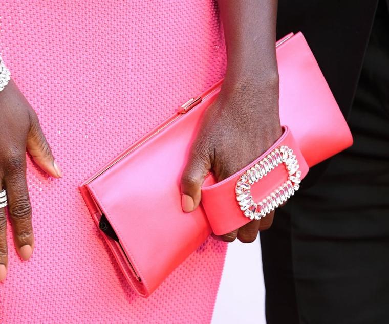 Borsetta clutch colore rosa, abito rosa donna, smalto colore rosa, unghie rosa antico