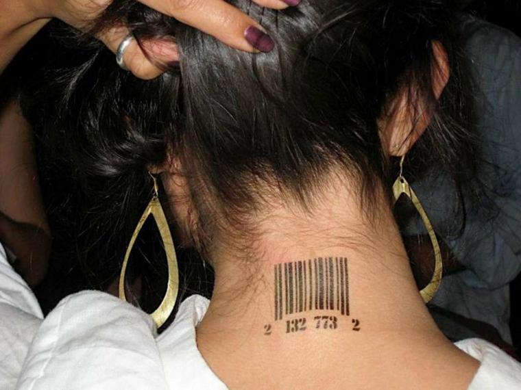 Tatuaggio codice a barre, barcode con cifre, tatuaggi piccoli particolari femminile