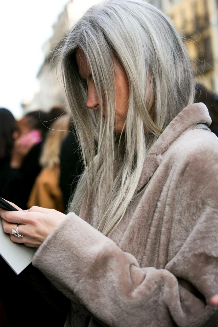 Lasciare i capelli grigi al naturale dopo anni di colorazioni