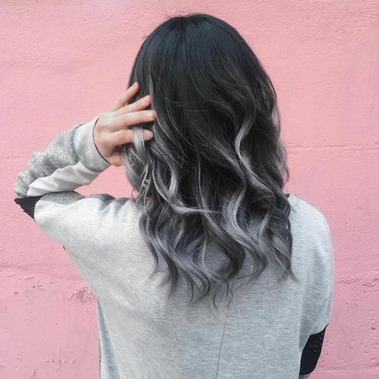 Tinta capelli grigio cenere, shatush nero e grigio, taglio capelli media lunghezza, punte colore grigio