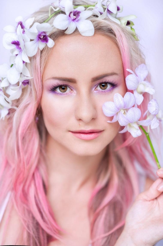 Shatush rosa, capelli con onde, cerchietto con fiori, ragazza con ombretto viola