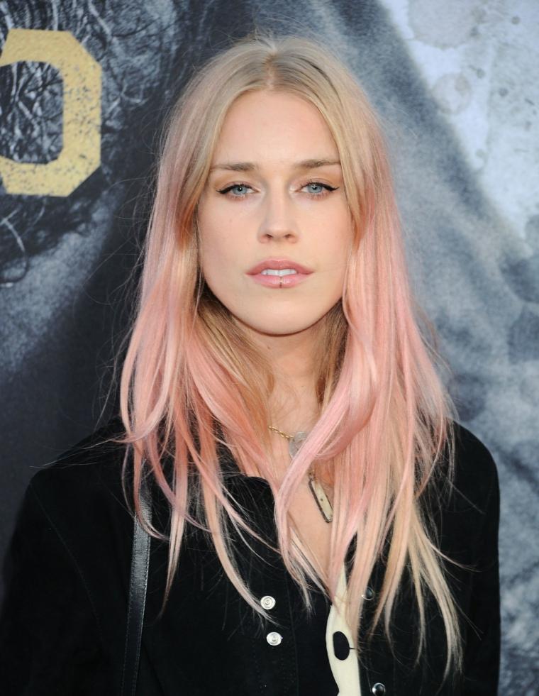 Meches rosa, taglio capelli scalati, acconciatura con frangia, ciocche bionde