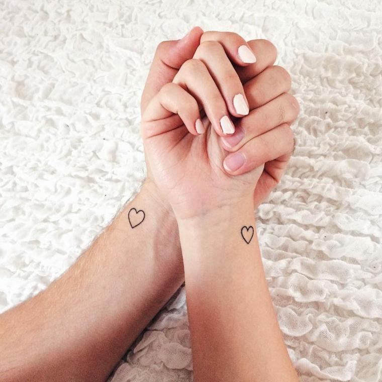 Tatuaggi più belli, disegno cuore sul polso, tattoo polso mano, smalto bianco unghie
