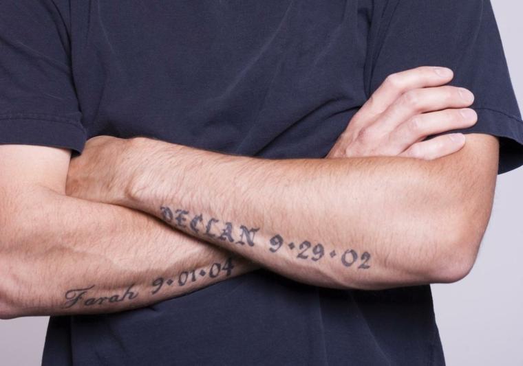 Tatuaggio data di nascita, catalogo tatuaggi, uomo con braccio tatuato