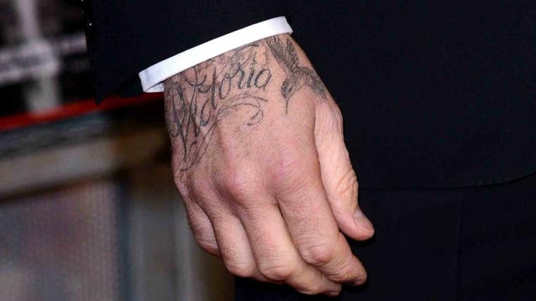 Tatuaggi significati profondi, tatuaggio sulla mano, tatto con scritta Victoria