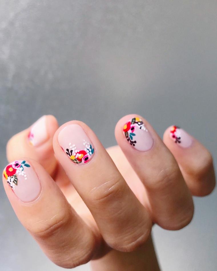Unghie gel decorazioni semplici, disegni fiori sulle unghie, smalto base di colore rosa