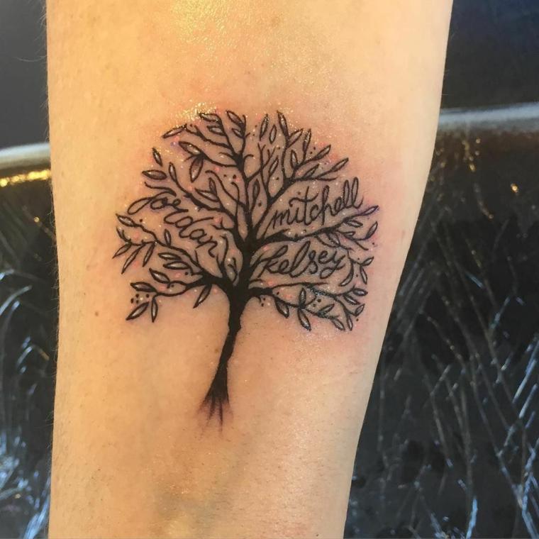 Tatuaggio sul braccio, disegno albero con nomi, tatuaggi piccoli donna