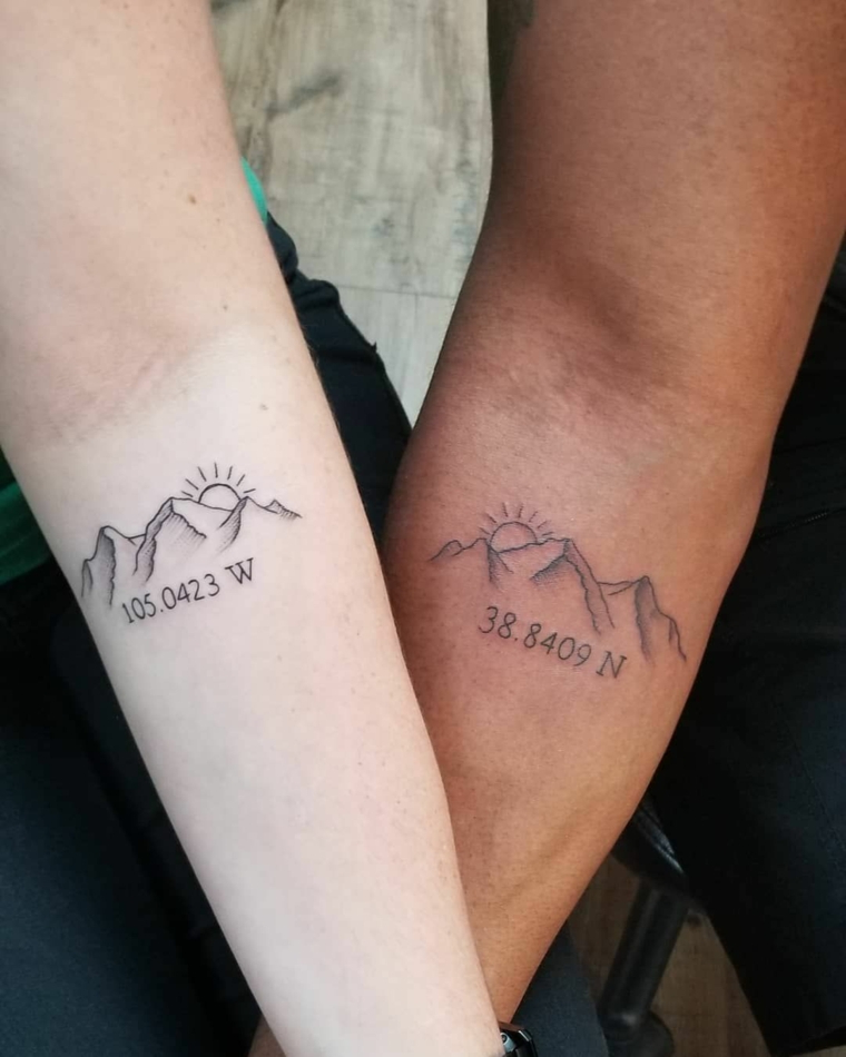 Tatuaggi da fare insieme, tattoo sull'avambraccio, disegno tattoo montagna con coordinate