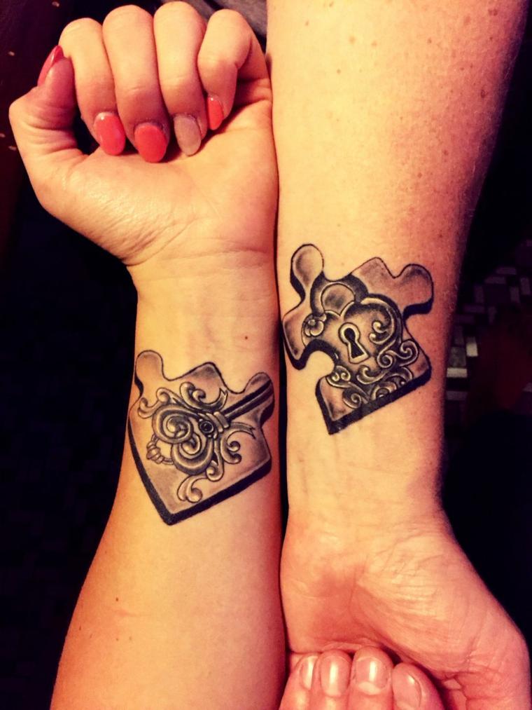 Tattoo puzzle con chiave, tatuaggi sul polso, unghie mandorla smalto arancione