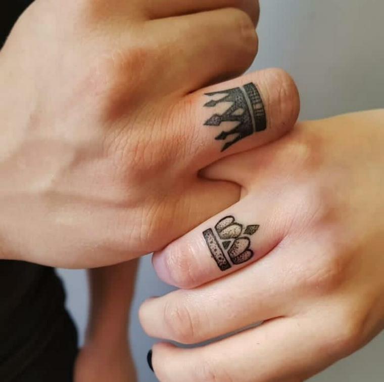 Tatuaggi più belli, disegno due corone, tattoo sulle dita, mani di uomo e donna
