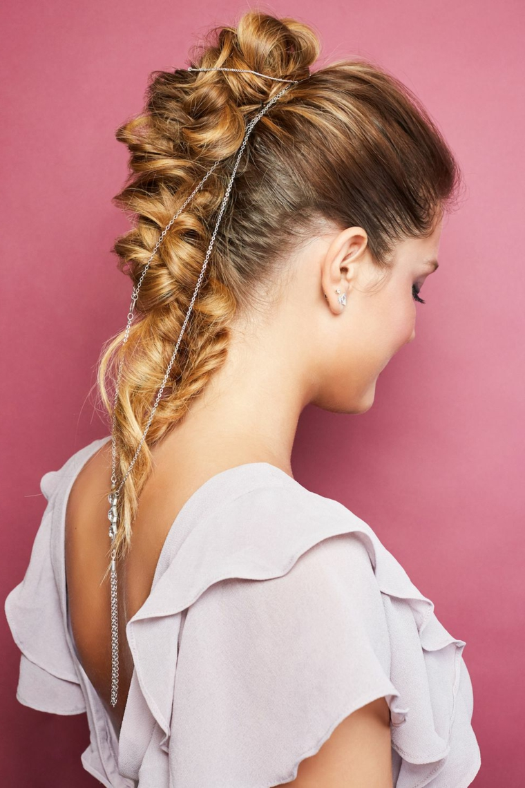 Capelli lunghi colore biondo, biondo con balayage, collana per capelli, treccia spina di pesce