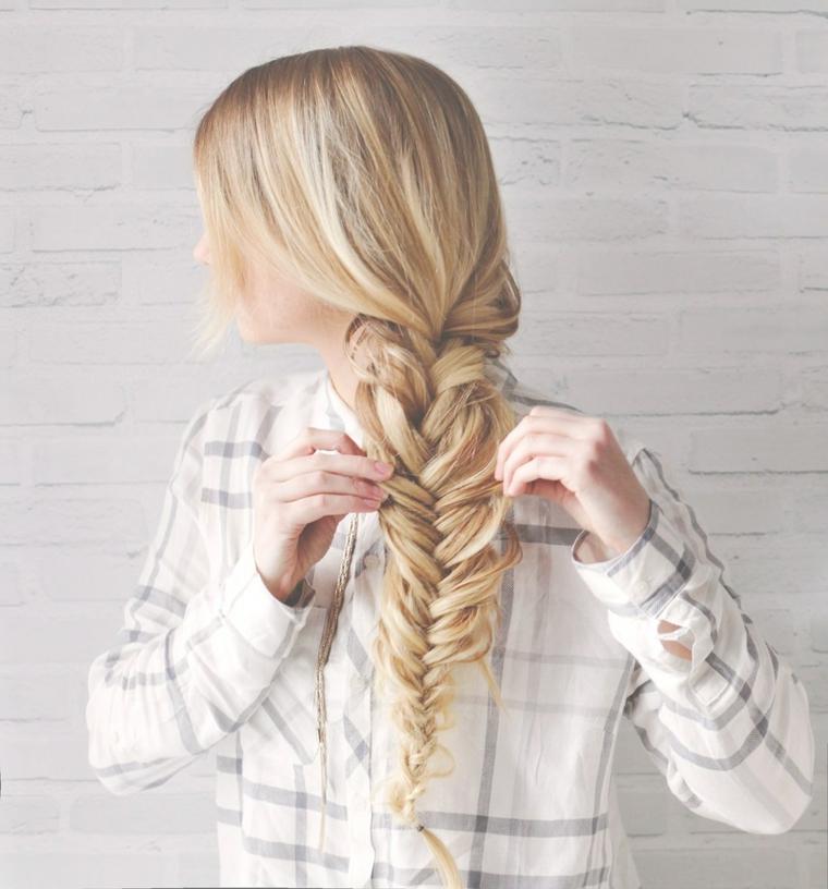 Tutorial per treccia spina di pesce, raccolti con trecce, donna con capelli lunghi e biondi
