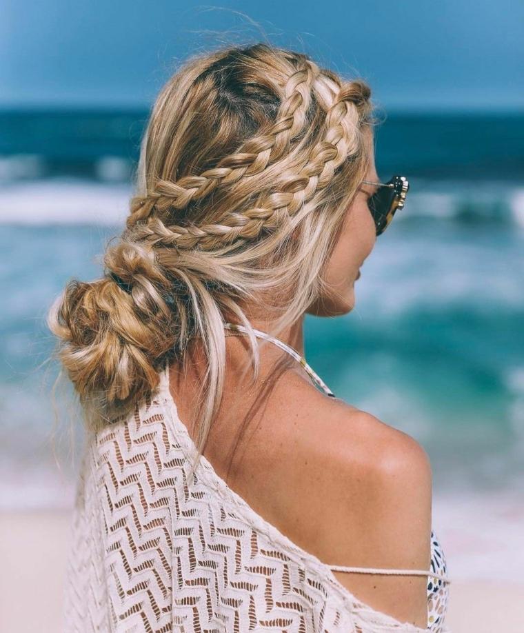 Due trecce laterali, acconciatura con chignon e trecce, donna sulla spiaggia