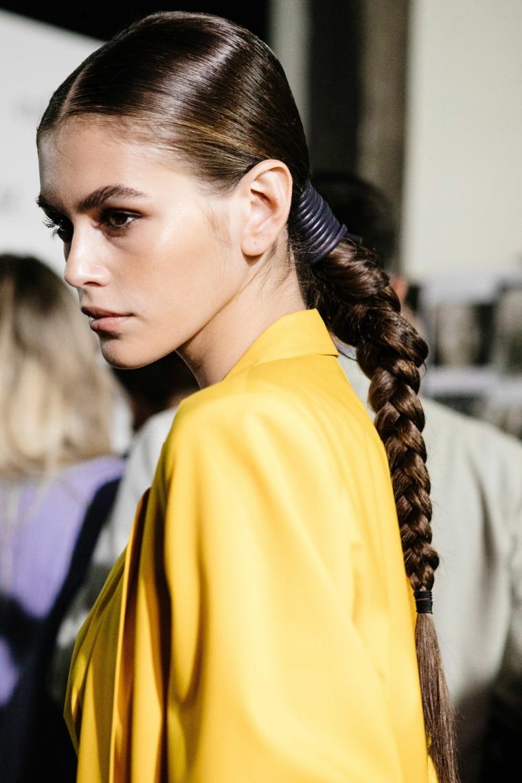 Capelli di colore castano, acconciatura con treccia a catena, giacca di colore giallo