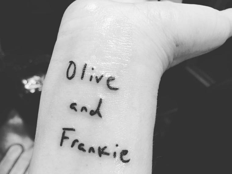 Tatuaggio sul polso, tattoo nomi figli, tatuaggio dedicato alla famiglia