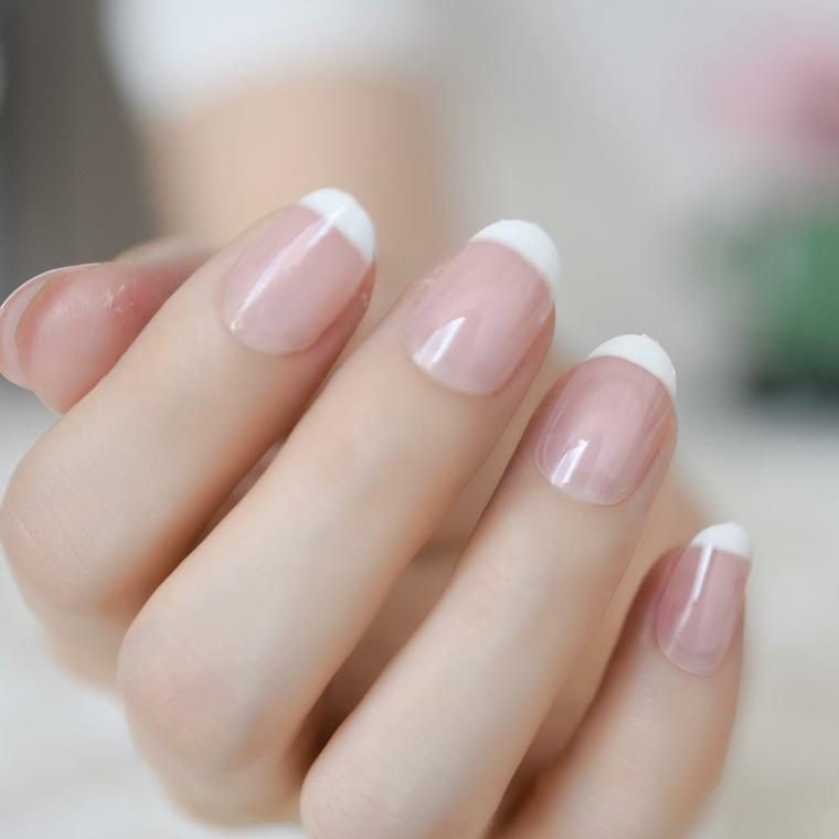 French manicure smalto bianco, base smalto rosa, unghie corte a mandorla