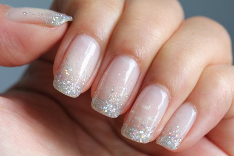 Immagini di unghie decorate, smalto rosa trasparente, unghie rosa trasparente glitter