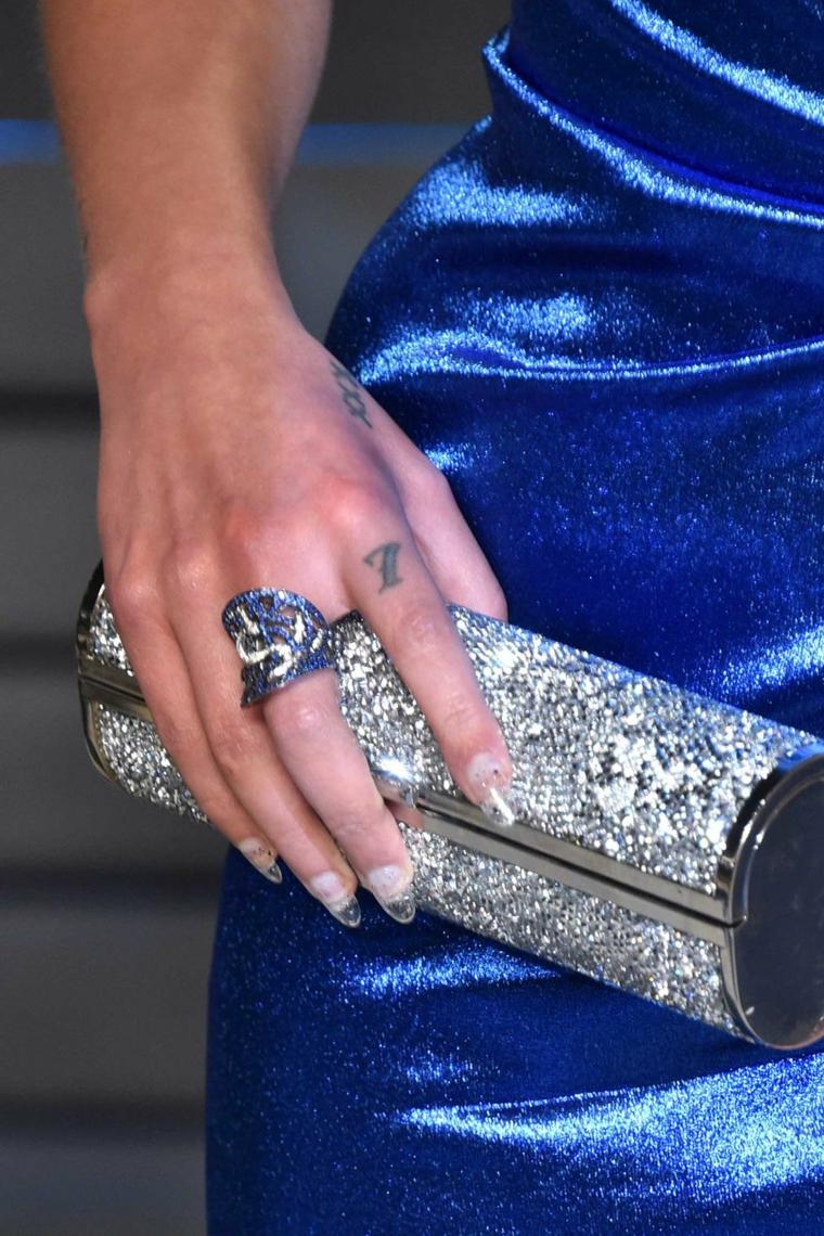 Tattoo numero 7, tatuaggio sul dito, tatuaggi sul polso, anello con brillantini