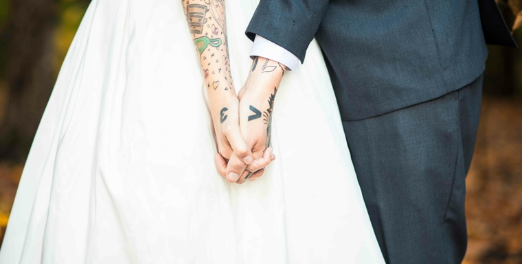 Tatuaggi più belli, donna con abito da sposa, braccio donna tatuato, tattoo con lettere e numeri