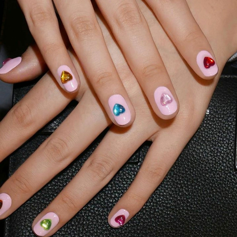 Unghie gel decorazioni semplici, manicure smalto rosa, nails art con brillantini, brillantini forma a cuore