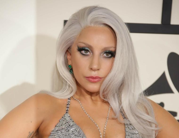 La cantante Lady Gaga, capelli pettinatura onde morbide, schiariture capelli