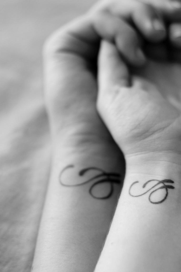 Tattoo sul polso della mano, tattoo fidanzati, tatuaggio simbolo polso mano