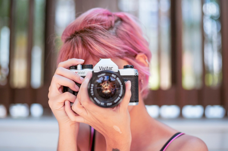 Ragazza che scatta foto, macchina fotografica, capelli colorati sfumati, colore capelli rosa